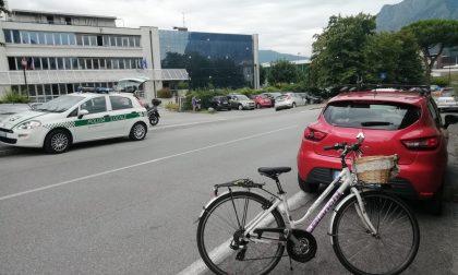 Apre la portiera e colpisce una donna in bicicletta: 31enne in ospedale