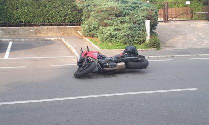 Paura per uno schianto auto moto: ferito un 27enne
