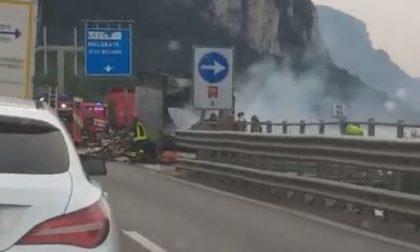 Incendio camion, auto in coda sulla Ss36 tra  Abbadia e Lecco IL VIDEO