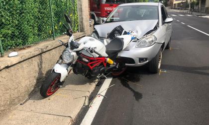 Incidente su corso Europa: auto tampona una moto FOTO