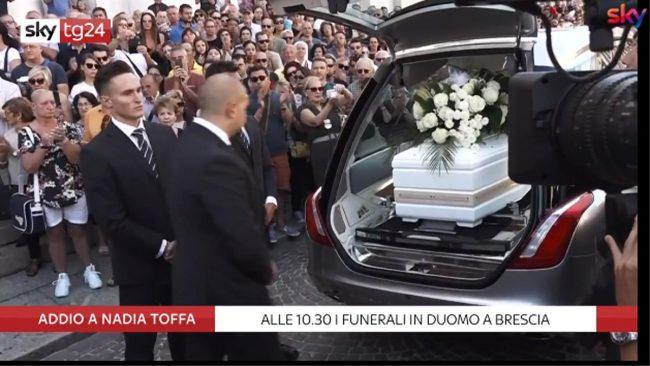 Folla, lacrime e applausi ai funerali di Nadia Toffa VIDEO