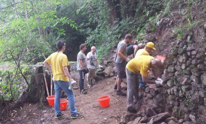 I volontari di Legambiente ricostruiscono due muri a secco sul sentiero del Viandante