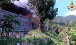 """Colonna di fumo nero """"invade"""" il cielo: a fuoco un capanno agricolo FOTO"""