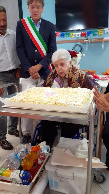 Secolo di vita: la storica insegnante compie 100 anni FOTO