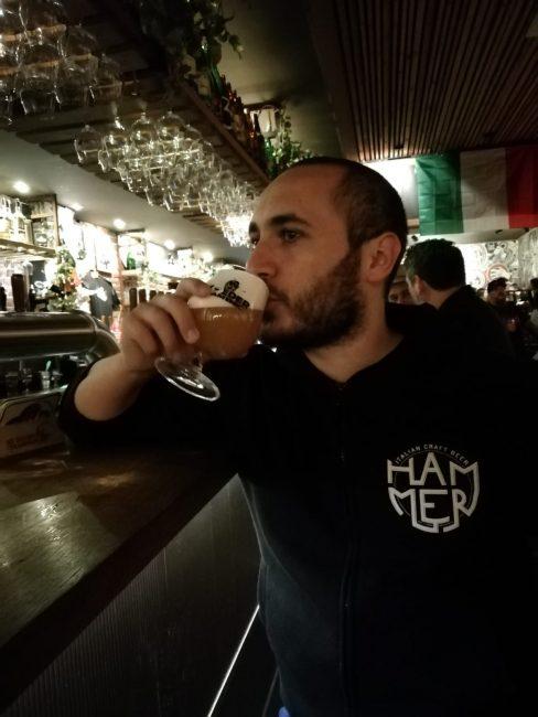 L'head brewer di Hammer, Matteo Palmisano, al bancone del Moeder Lambic