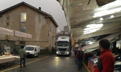 """Tir """"irrompe"""" al mercato di Lecco FOTO"""