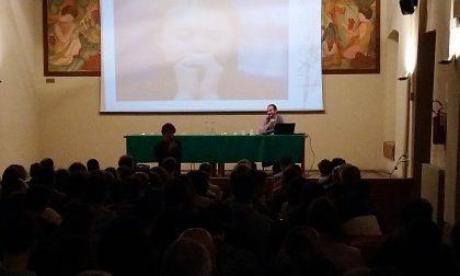 Sala gremita alla lezione del professor Casalone sul clima
