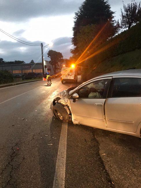 Solita curva maledetta, furgone si schianta contro due auto FOTO