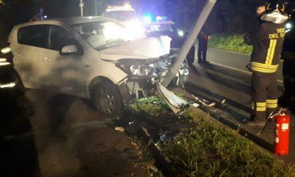 Auto contro un palo della luce a Galgiana FOTO