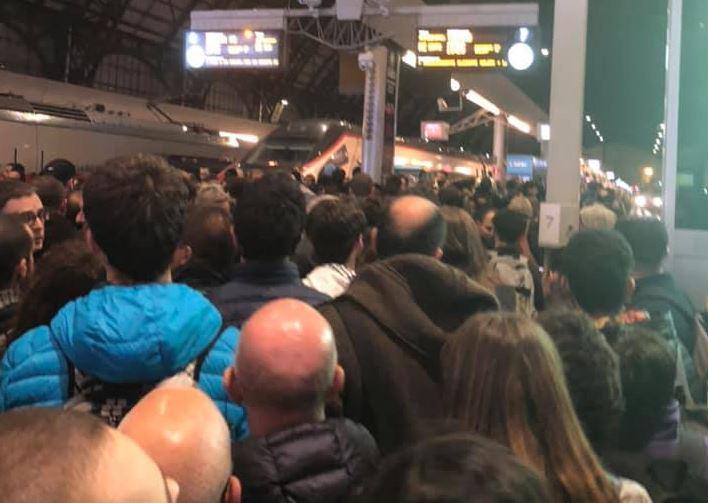 Treno guasto fermo in stazione e guasto agli impianti a Milano Centrale: e' il caos totale FOTO - Giornale di Lecco