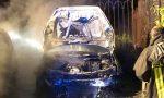 Esplosione nella notte: auto divorata dalle fiamme, danneggiato anche un secondo mezzo FOTO