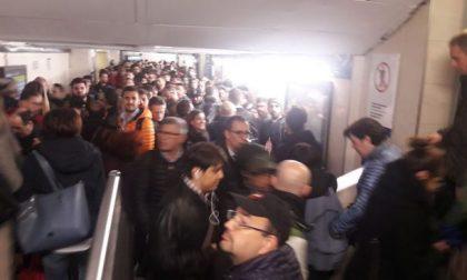 Guasti e pure un'auto incastrata sui binari: è ancora caos treni