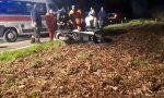 Motociclista esce di strada e cade a terra FOTO