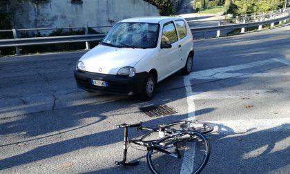 Travolto da un'auto, ciclista sfonda il parabrezza