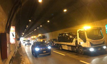 Maxi tamponamento tra 6 mezzi nel tunnel del Barro, traffico in tilt FOTO