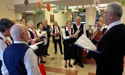 Il Coro San Valentino regala emozioni agli anziani della casa di riposo FOTO