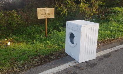 Scarico di rifiuti… sotto il cartello che lo vieta