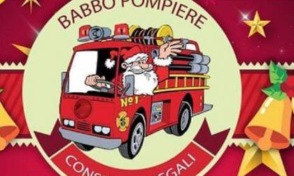 Babbo Pompiere consegna i regali ai bambini