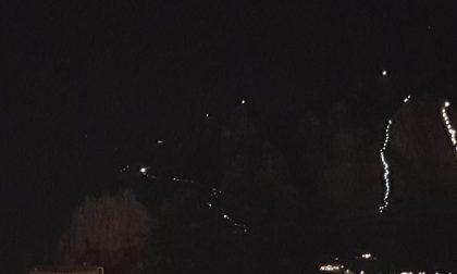 Tradizione rispettata: che spettacolo le montagne lecchesi illuminate dalle fiaccolate dell'Antivigilia FOTO