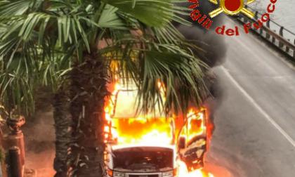 Incendio furgone sul lungolago di Bellano