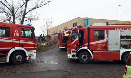Incendio in azienda, a fuoco un macchinario FOTO