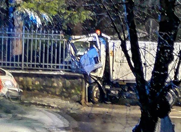 Camion della nettezza urbana si schianta contro un muro: 39enne in  condizioni serie
