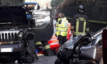 Schianto frontale davanti a Villa Moratti: tre feriti, strada chiusa FOTO