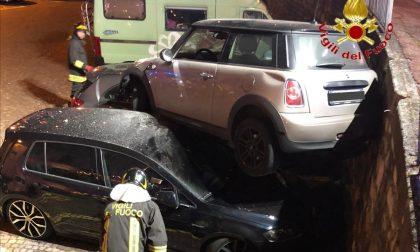 Perde il controllo dell'auto e finisce sulle macchine parcheggiate