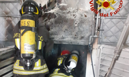 In fiamme un macchinario: pompieri in azione a Calolzio FOTO