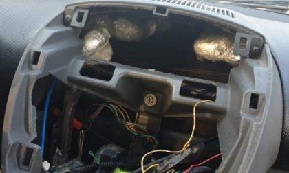 Nascondevano un chilo di cocaina nel cruscotto dell'auto, arrestati