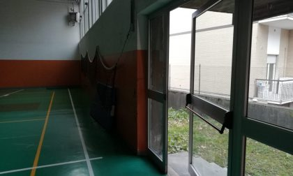 Senzatetto forza la porta della scuola: trovato mentre dorme in palestra