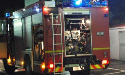 Auto in fiamme sulla rampa della Statale 36 verso la Lecco-Ballabio