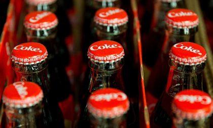 Allerta Coca Cola, filamenti di vetro nelle bottiglie: maxi richiamo di numerosi lotti in tutta Italia