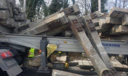 Camion perde il carico e auto si ribalta: lunghe code sulla Statale 36 FOTO
