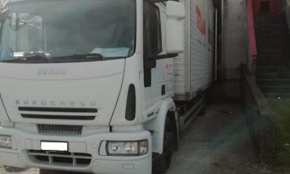 Incidente sul lavoro: camion in retro schiaccia contro il muro un magazziniere