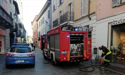 Fumo da una centralina: intervento dei Vigili del Fuoco in centro Lecco FOTO