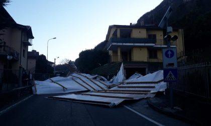 Tetto divelto dal forte vento: chiuso un tratto di strada FOTO