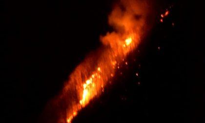 Emergenza incendi in valle, strada presidiata dai volontari FOTO