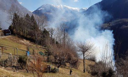 Disastri per il vento in tutto il Lecchese: alberi caduti ovunque, incendio bosco in Valle FOTO