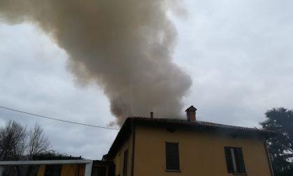 Incendio tetto, si vede il fumo a chilometri di distanza FOTO e VIDEO
