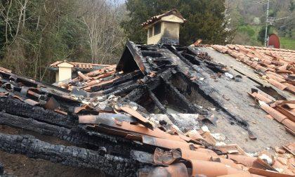 Tetto in fiamme a Lecco: sei famiglie sfollate FOTO IMPRESSIONANTI