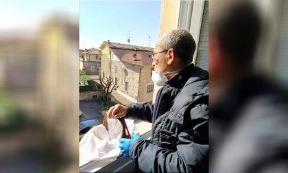 Luigi Caimi: il sindaco che ha trasformato il suo ufficio in una sartoria per mascherine