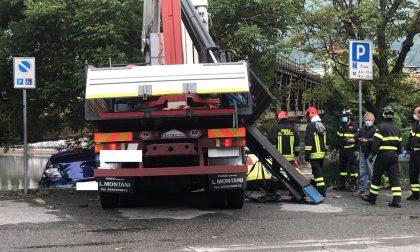 Paura sulla Provinciale: camion si schianta contro auto parcheggiate. I mezzi rischiano di finire nel fiume FOTO