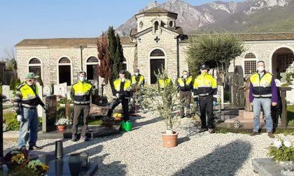 Le tute gialle puliscono i cimiteri per la Pasqua