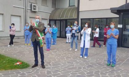 Commosso omaggio ai sanitari del Mandic VIDEO