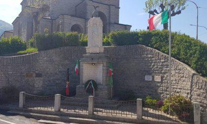 25 aprile a Carenno: sindaco e alpini al Monumento dei Caduti