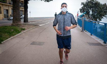 """Corsa e sport con la mascherina? I medici: """"Pericolo alcalosi e svenimenti"""""""