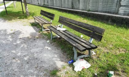 Calolzio: abbandonano rifiuti su una panchina