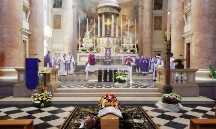 Calolzio, chiesa aperta per l'addio a don Leone FOTO