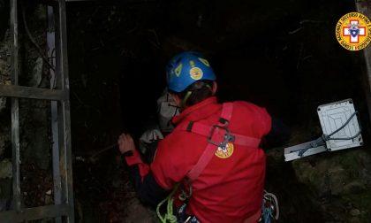 Recuperati gli ultimi due speleologi bloccati nella grotta. Il ferito sta risalendo la verticale FOTO